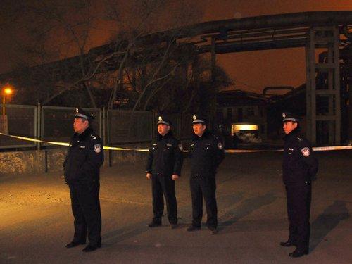 由于爆炸剧烈,在事故现场17公里处能感到震动,爆炸发生后全市的消防力量集结西固区。图为爆炸现场拉起警戒线。