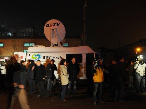 由于爆炸非常频繁,现场记者都无法靠近现场。图为爆炸现场媒体云集。