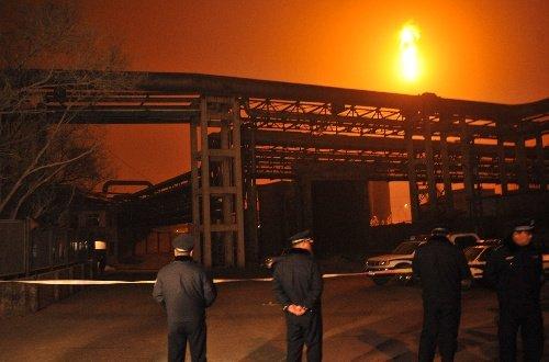 组图:兰州石化公司石化厂316罐区发生爆炸