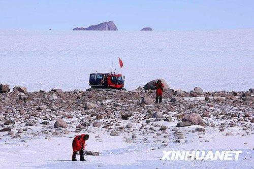 中国南极考察格罗夫山队发现首块陨石前后