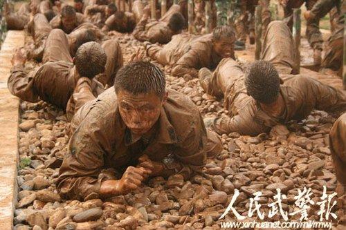 """中国武警特战勇士行动迅速堪比""""蜘蛛侠""""(图)"""