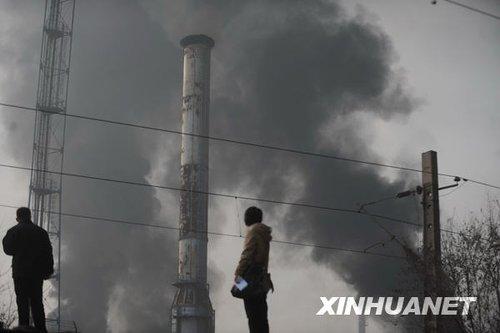 """化工厂爆炸引发""""地震"""" 寒夜兰州彻夜救援"""