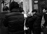 杭州八旬老人街头摔倒 众人送衣报警都不敢扶
