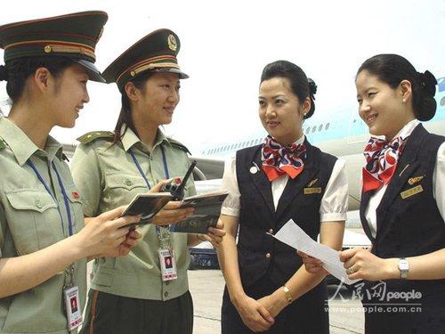 组图:青岛机场边检站的微笑使者