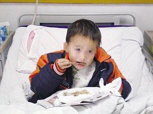 7岁男孩被查出艾滋 养父悲情求医欲治疗到底