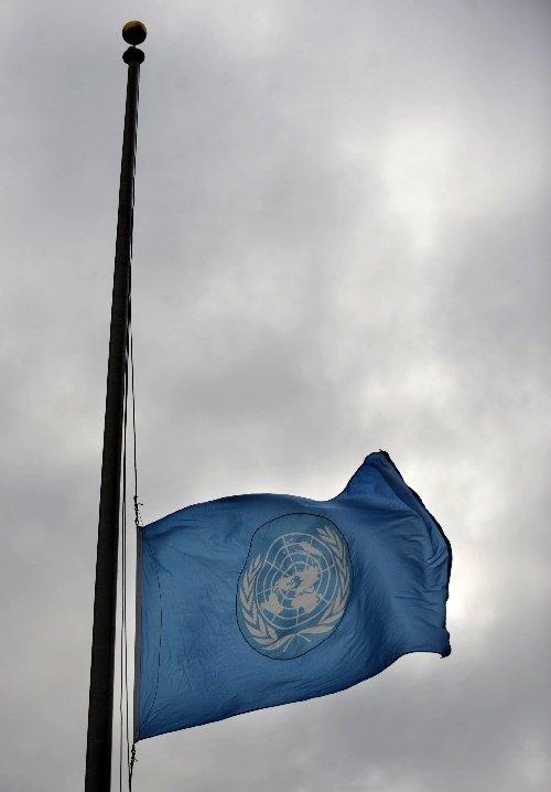 组图:联合国降半旗向海地地震遇难者致哀