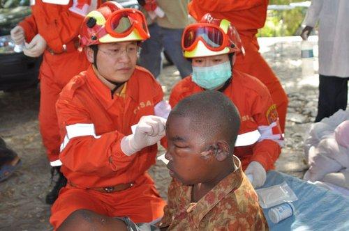 中国医疗队在海地开设第一个流动医疗点(图)
