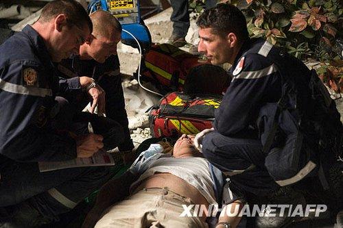 法国救援队救出地震幸存者