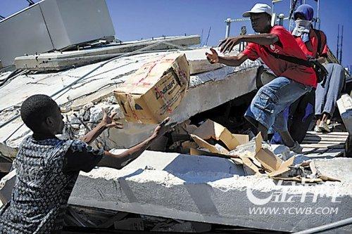 组图:海地震后出现混乱