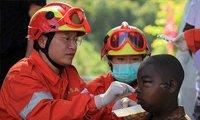 各国救援队在海地全力救助灾民