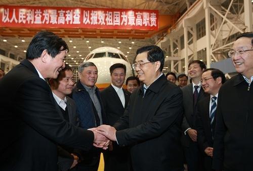 胡锦涛在上海考察大飞机研发 体验刷银行卡交费
