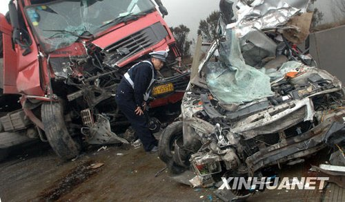 1月18日拍摄的京珠高速湖南郴州段车祸事故现场.新华社发(李细万摄)