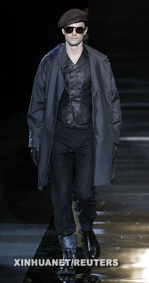 1月19日,模特在意大利米兰时装周上展示乔治阿玛尼品牌的男装.
