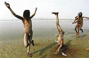 印度一家监狱规定犯人练瑜伽可减刑(图)
