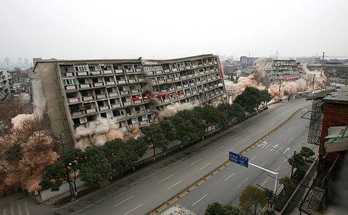 组图:武汉两栋住宅楼同时爆破成功