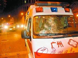 被砸的救护车伤痕累累