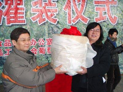 天下第一巨型冰酒在桓仁本溪灌装a巨型_新闻网视频v巨型红图片
