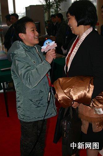 """浙江""""两会""""学生小记者关注外来务工子女"""