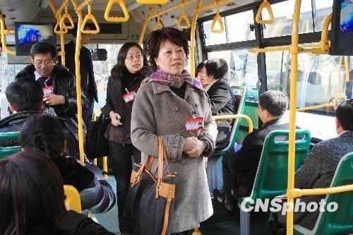 图文:上海政协委员乘公交车开会