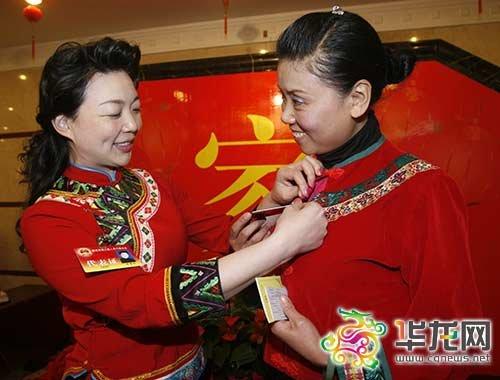 重庆彭水代表团代表身着少数民族服装报到(图)