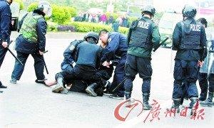 男子穿内裤提杀猪刀索钱被20余特警制服(图)
