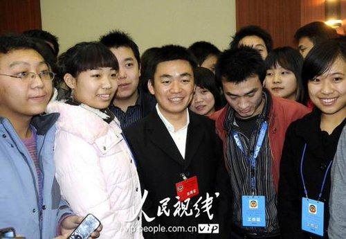 河北邢台政协委员王宝强现身两会 影迷连拉带扯激情拥抱