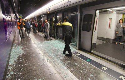港铁月台玻璃幕门突然爆破 原因仍在调查中
