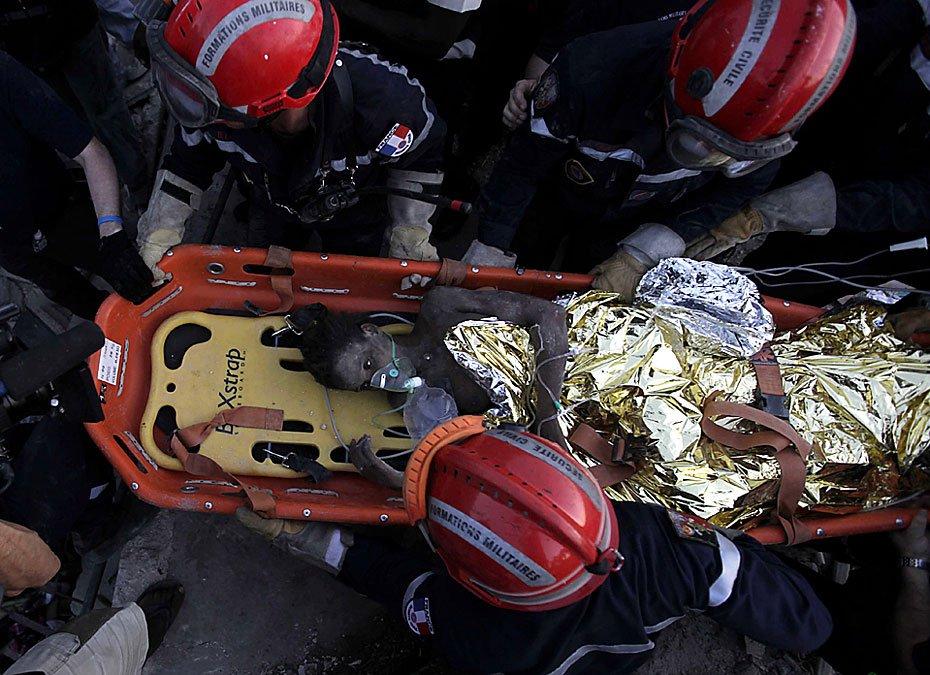 """图为法国救援人员将""""可乐女孩""""抬出废墟。"""