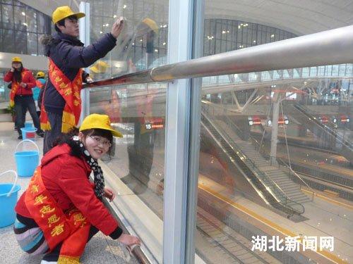 图:武汉大学生志愿者服务武汉火车站春运