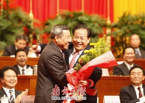 黄龙云、蔡东士主席台相拥。高笑 摄
