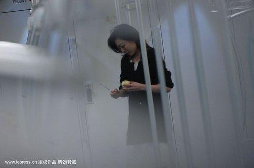 组图:上海地铁9号线一持刀女威胁乘客致停运