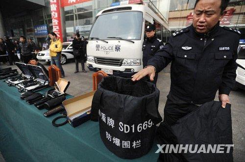 2月2日,在成都火车站,铁路公安民警展示防爆围栏。新华社记者 江宏景 摄