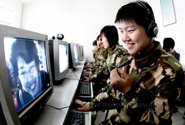 高清图:边防部队女兵与家人网络视频聊天图片