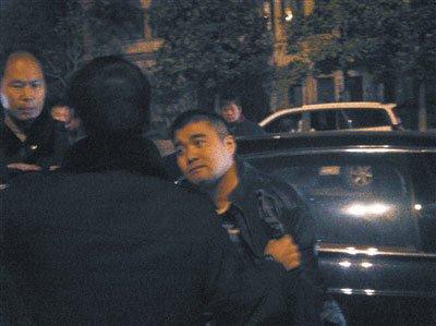 醉酒男子驾豪车撞飞警车后当街撒钞票(组图)