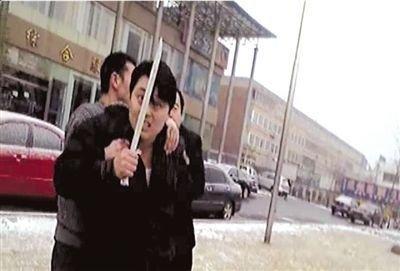 醉汉挥舞军刀追砍路人 呵斥民警被擒(图)