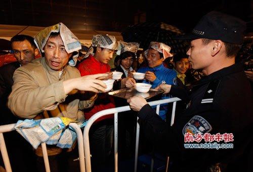 广州公安为通宵排队的旅客送热粥