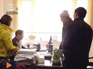 官员接受采访时玩游戏被拍入电视画面(图)