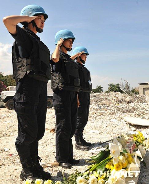 中国赴海地维和警察防暴队队员向烈士献花(图)