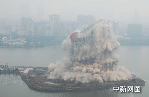 南昌四星级酒店爆破 市民围观叹可惜