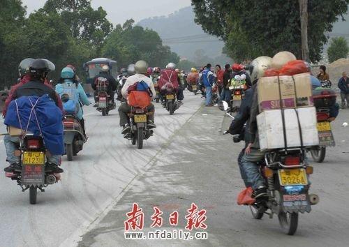 珠三角10万民工组摩托大军返乡 警车护驾(组图)