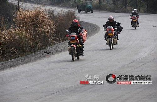湖南衡阳老乡结伴骑摩托车千里返乡(组图)