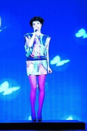 王菲独唱《传奇》被安排在春晚的第十个节目。