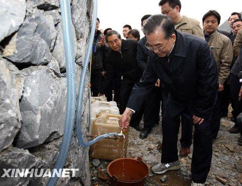 温家宝到广西旱灾地区慰问群众