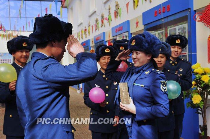空政美女演员为西藏高原雷达军人献唱