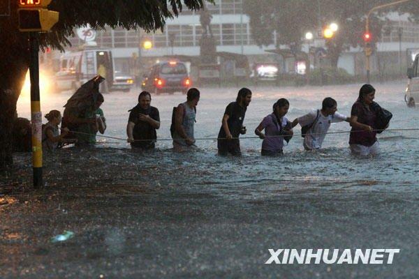 阿根廷首都布宜诺斯艾利斯连遭暴雨袭击
