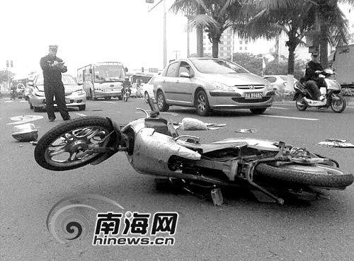 海口滨海大道发生一起车祸 电动车被撞飞出20米  (500x369); 电动车女