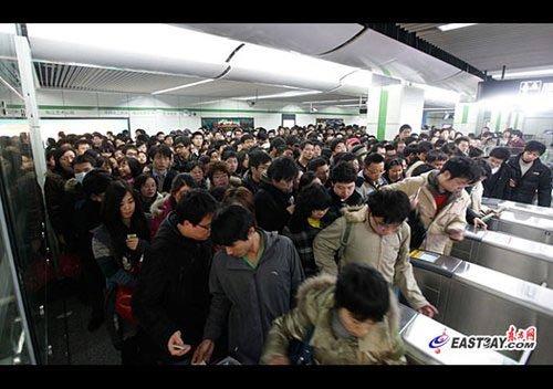 图片说明:由于张江高科新站只有2处出站闸机,早高峰期间难以快速分流出站客流,造成明显拥挤。刘歆/摄