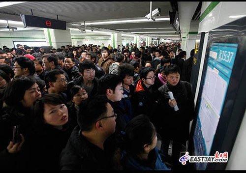 图片说明:轨交2号线东延伸段一期开通首日,乘客们围着张江高科站内的站点图示寻找出口。刘歆/摄