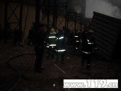 组图:秦皇岛一淀粉厂爆炸 消防部队紧急救援