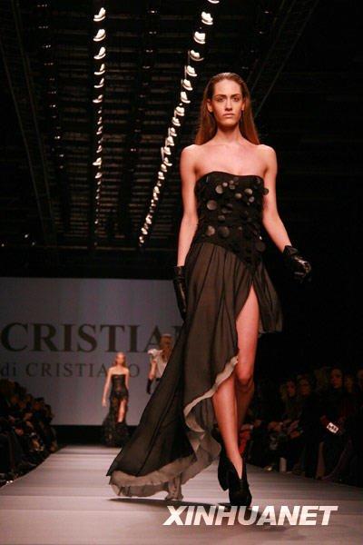 2月24日,一名模特在米兰秋冬时装周上展示新款时装作品。新华社发(黄小哲摄)